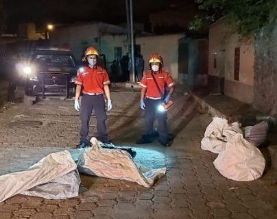 El hallazgo de los cinco cadáveres se registró en la colonia Landívar, en la zona 7 de la capital. (Foto Prensa Libre: Bomberos Municipales).