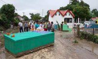 Una bóveda del cementerio de Melchor de Mencos, Petén, fue arrastrada por el agua de lluvia. (Foto Prensa Libre: Dony Stewart)