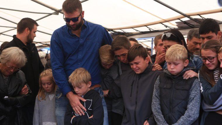 Familiares y amigos asisten al funeral de las nueve personas víctimas de una masacre este viernes en el estado de Sonora (México). (Foto Prensa Libre: EFE)