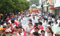 Miles de sindicalistas, activistas sociales y estudiantes guatemaltecos repudiaron este viernes, en la marcha del Día del Trabajo, la corrupción en el gobierno y exigieron la renuncia del presidente, Otto Pérez, y la vicepresidenta, Roxana Baldetti.  Fotografía: Paulo Raquec   01/05/2015