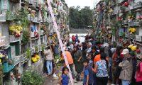 Varias familias visitaron el cementerio la Verbena zona 7, acompa–ando a sus difuntos en el 1 de noviembre, una tradici—n Guatemalteca.   FOTOGRAFêA: FERNANDO CABRERA