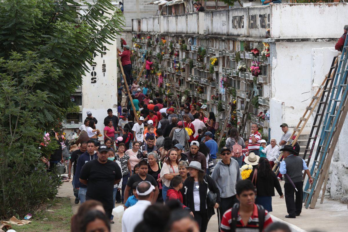 Fotogalería: miles de guatemaltecos visitan a sus familiares fallecidos en el Día de Todos los Santos