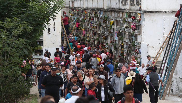 Diversas familias visitan los cementerios para poder compartir un momento íntimo junto a los difuntos en los nichos. Fotografía: Fernando Cabrera