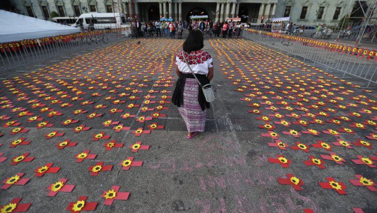 Candelaria Xan, camina entre las cruces que recuerdan a las mujeres asesinadas . Fotografía Prensa Libre Óscar Rivas