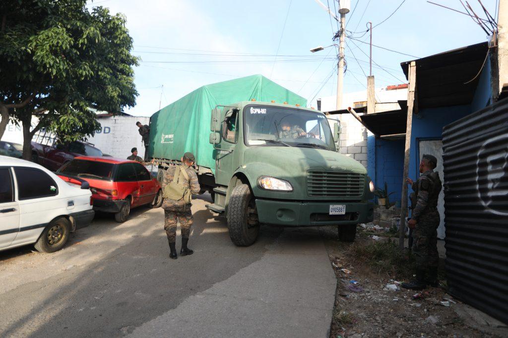 Los camiones del Ejército de Guatemala tuvieron complicaciones para ingresar y egresar de los asentamientos Nueva Esperanza y Regalito de Dios en Ciudad Peronia, Villa Nueva. Foto Prensa Libre: Óscar Rivas