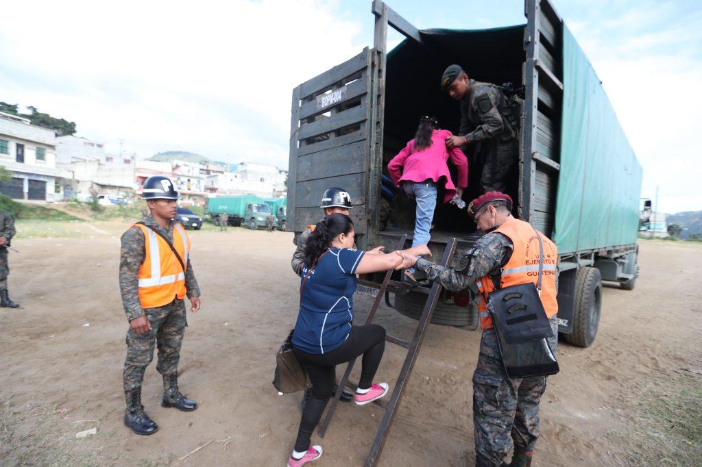 Poco a poco, los habitantes del lugar se fueron sumando a la mudanza. Foto Prensa Libre: Óscar Rivas