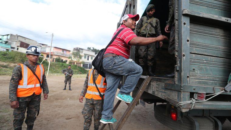 Vecinos de los asentamientos Nueva Esperanza y Regalito de Dios decidieron evacuar la zona del derrumbe en Ciudad Peronia, Villa Nueva.
