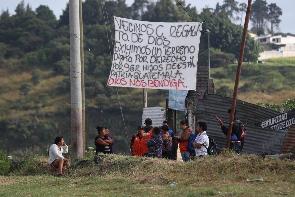Varias instituciones se acercaron a los vecinos para tratar de convencerlos de que su vida corría peligro en el lugar. Foto Prensa Libre: Óscar Rivas