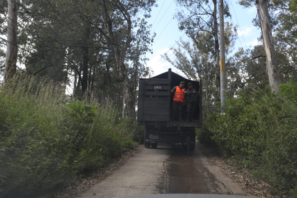El camión que transportó a las primeras familias llegó al ex Complejo de Guatel a las 10:30 horas. Foto Prensa Libre: Óscar Rivas