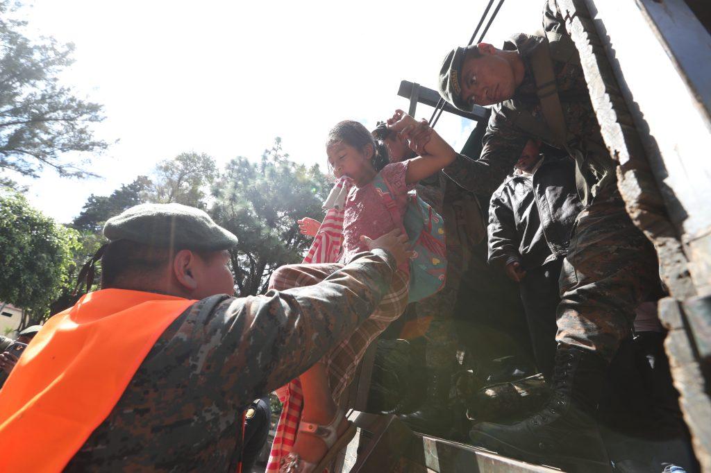 El Ejército de Guatemala, la Municipalidad de Villa Nueva, la SOSEP y CONRED apoyaron con el traslado de las personas. Foto Prensa Libre: Óscar Rivas