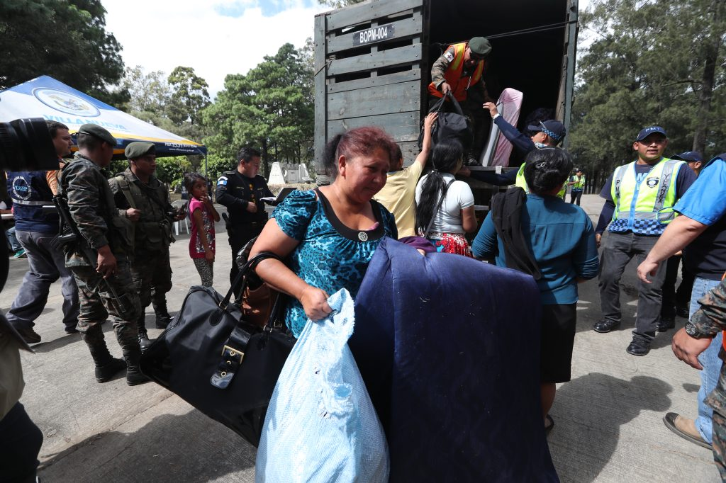 Aún sin saber si les darán algún lugar donde vivir, las personas optaron por llevar todas sus pertenencias y tratar de iniciar de nuevo. Foto Prensa Libre: Óscar Rivas