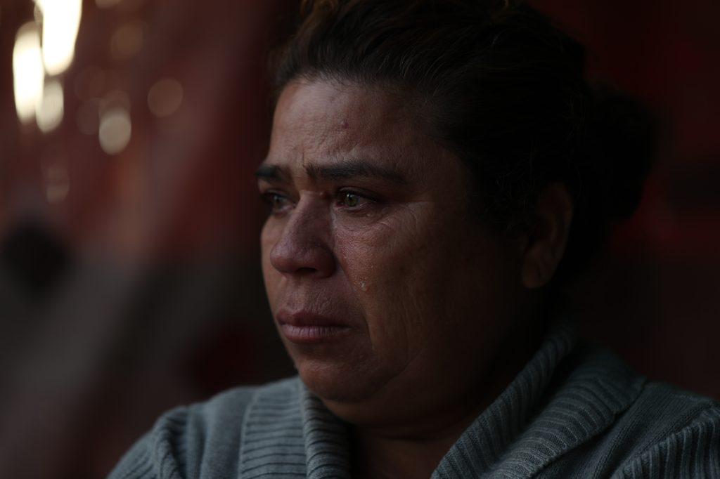 Lorena Chinchilla no puede evitar llorar al recordar que su esposo falleció hace dos años y ahora perderá su lote y casa que tanto le había costado. Foto Prensa Libre: Óscar Rivas