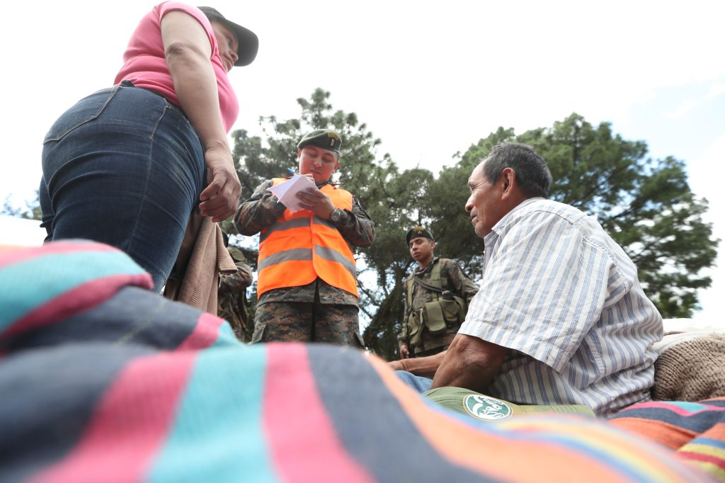 Las personas fueron identificadas por varias entidades para evitar que personas desconocidas llegaran al lugar. Foto Prensa Libre: Óscar Rivas