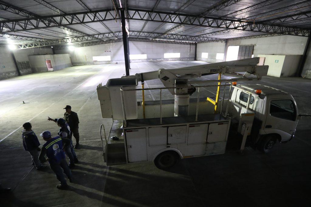 En el salón que sería el albergue mayor aún se repara la luz eléctrica y se trata de hacer llegar agua potable. Foto Prensa Libre: Óscar Rivas