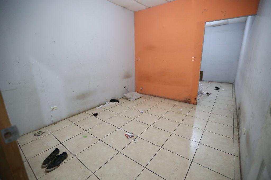 Los cuartos que serán utilizados por quienes fueron trasladados aún son limpiados por la Municipalidad de Villa Nueva. Foto Prensa Libre: Óscar Rivas
