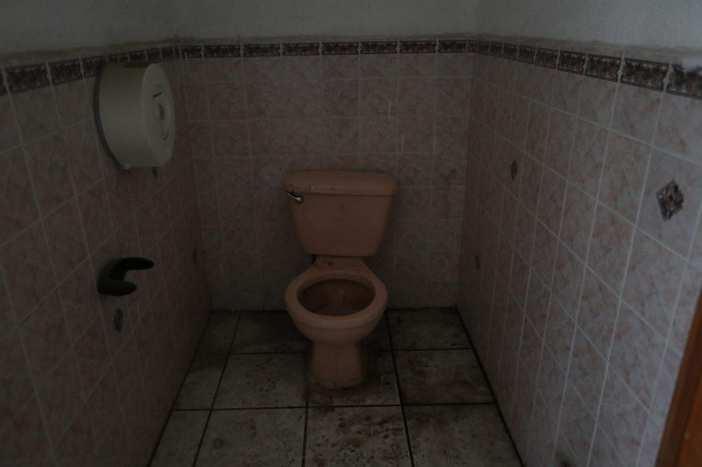 Algunos inodoros están completamente tapados y no tiene agua. Foto Prensa Libre:  Óscar Rivas