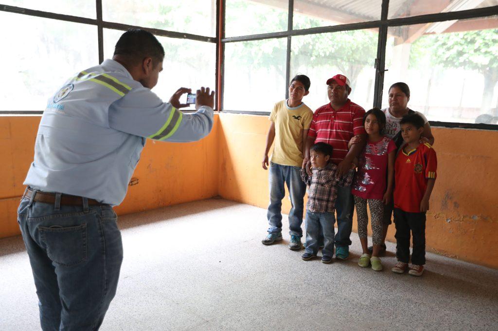 Las familias que llegaron al lugar fueron identificadas y se les brindará un carné para poder ingresar y egresar del complejo. Foto Prensa Libre: Óscar Rivas