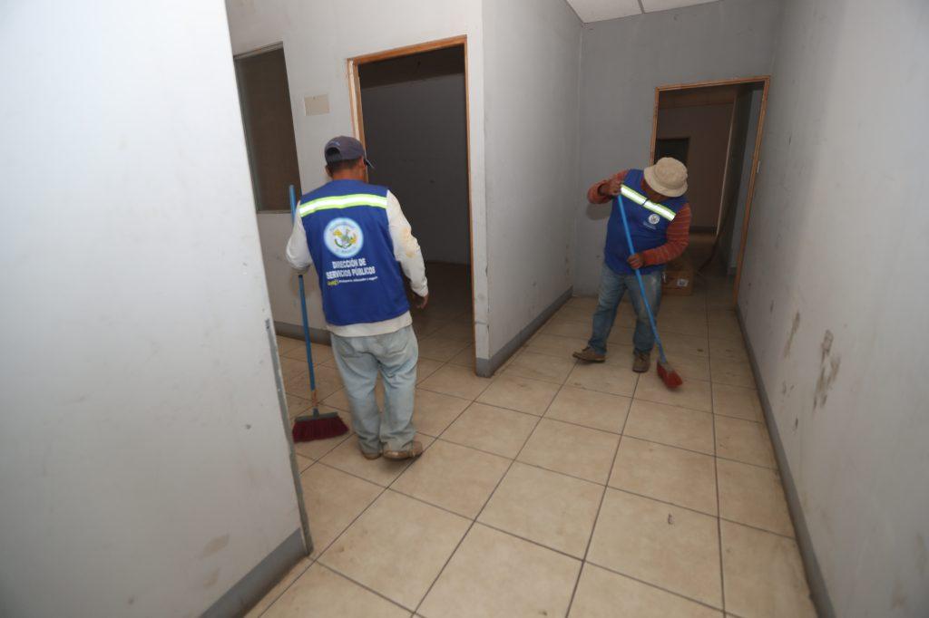 En el lugar hay mucho polvo y por ello las personas barren para tratar de quitarlo. Foto Prensa Libre: Óscar Rivas