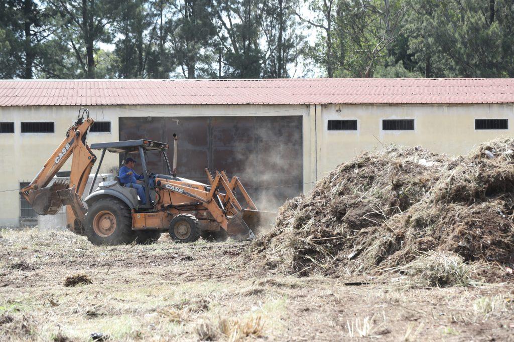 En el ingreso al albergue aún se aplana con un tractor el terreno. Foto Prensa Libre: Óscar Rivas