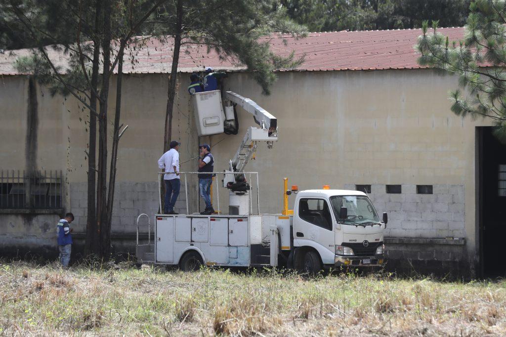 Empleados municipales tratan de reparar la red eléctrica. Foto Prensa Libre: Óscar Rivas