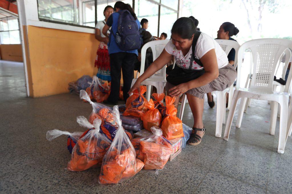 Cada familia que llegó al albergue recibió una dotación de raciones de comida fría, así como cobijas. Foto Prensa Libre: Óscar Rivas