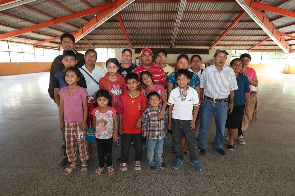 Este es el primer grupo de personas que llegaron al albergue ubicado en el ex Complejo Deportivo de Guatel. Foto Prensa Libre: Óscar Rivas