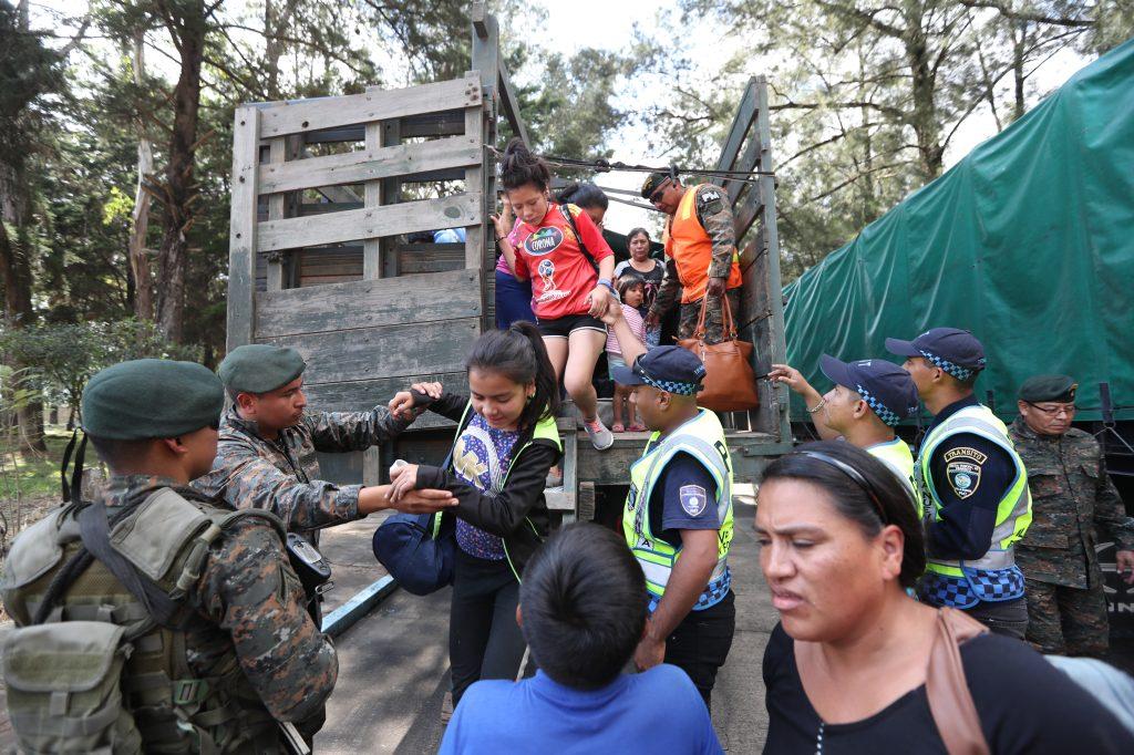 Después del mediodía llegaron más familias al albergue temporal. Foto Prensa Libre: Óscar Rivas