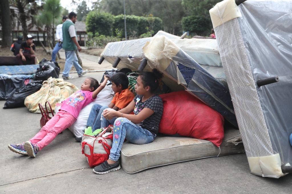Algunos niños esperaron a ser ubicados dentro de unos colchones. Foto Prensa Libre: Óscar Rivas