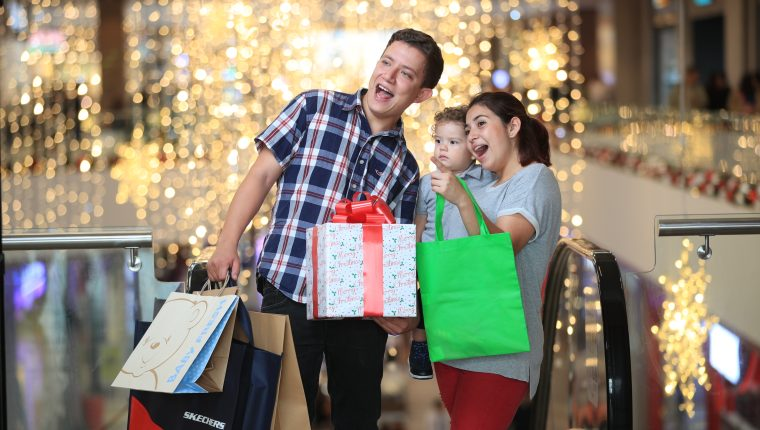 Familias guatemaltecas se acercan a los comercios por motivo de las compras navideñas. (Foto Prensa Libre: Carlos Hernández Ovalle)