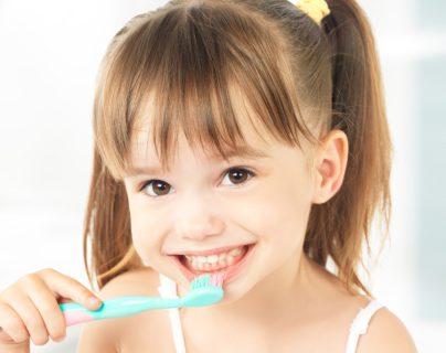 Los hábitos saludables se enseñan desde la niñez mediante el ejemplo y supervisión de los padres de familia. Foto Prensa Libre: ShutterStock