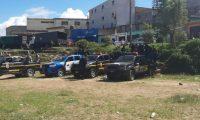 Autopatrullas de la PNC permanecen cerca del área de riesgo por deslizamiento en Ciudad Peronia. (Foto Prensa Libre: Andrea Domínguez).