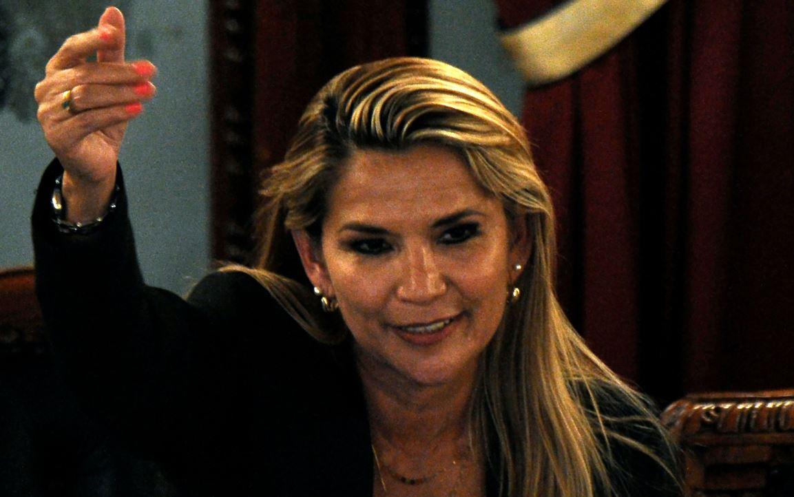 Jeanine Añez se proclama presidenta interina de Bolivia en sesión legislativa sin quórum