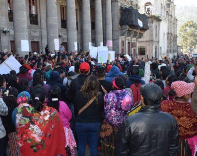 Comerciantes llegaron a la Municipalidad de Quetzaltenango para manifestar su inconformidad. (Foto Prensa Libre: María Longo)