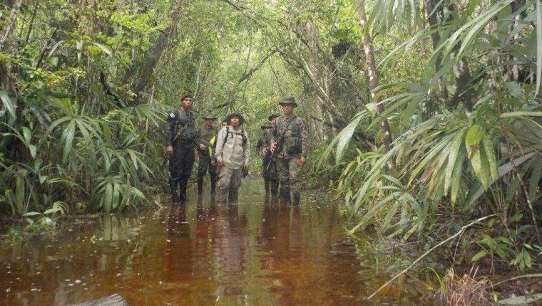 Integrantes del grupo Génesis durante un operativo de vigilancia en la Reserva de la Biosfera Maya. (Foto Prensa Libre: Cortesía)