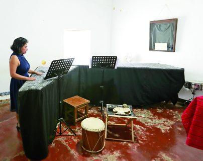 Mayarí De León hizo de su casa un centro cultural para dotar de conocimientos artísticos a  niñas y niños de su comunidad, San Juan del Obispo. (Foto Prensa Libre: Alejandro Ortiz)