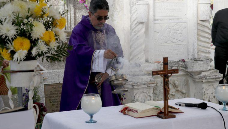Con una misa por las ánimas católicos en Huehuetenango recuerdan a los muertos. (Foto Prensa Libre: Mike Castillo)