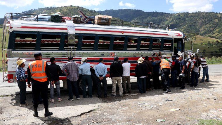 Agentes de la Policía Nacional Civil llevan a cabo operativos en la ruta Interamericana, Huehuetenango. (Foto Prensa Libre: Mike Castillo)