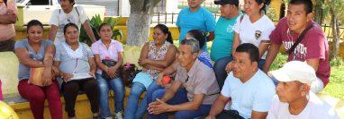 Desde junio los exempleados se reúnen en el parque del municipio, según ellos, para cumplir con los horarios en los que laboraban. (Foto Prensa Libre: Marvin Tunchez)