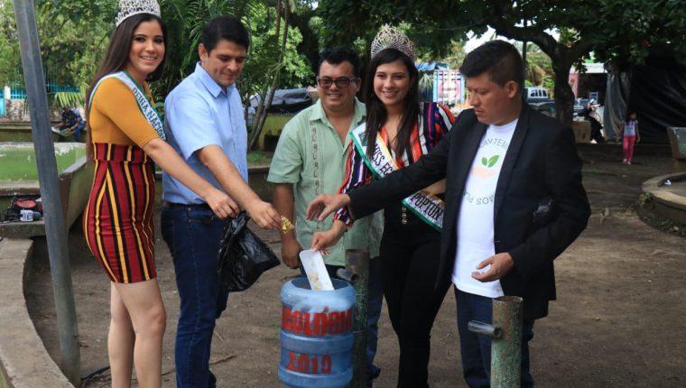 Varias instituciones se unieron a la iniciativa de Miss Ecología para instalar basureros en la zona central de Poptún, Petén. (Foto Prensa Libre: Dony Stewart)