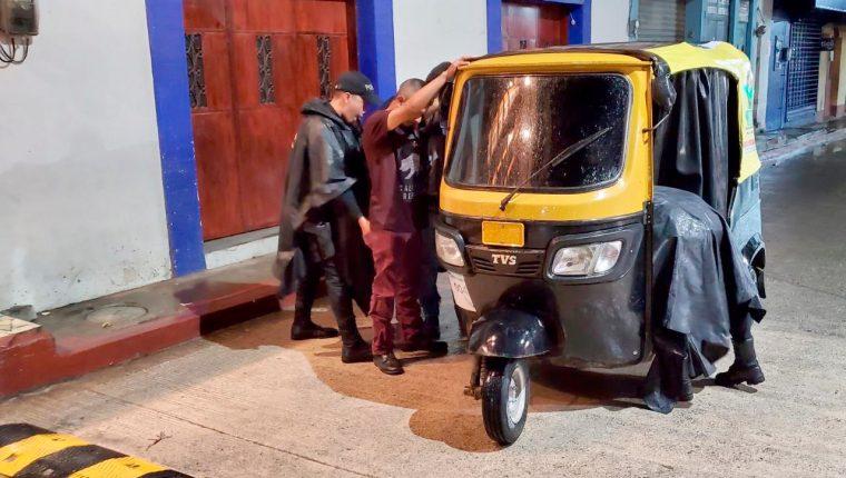 Agentes policía Nacional Civil revisan e identifican a motoristas en una de las calles de Santa Cruz Barillas, Huehuetenango. (Foto Prensa Libre: Mike Castillo)