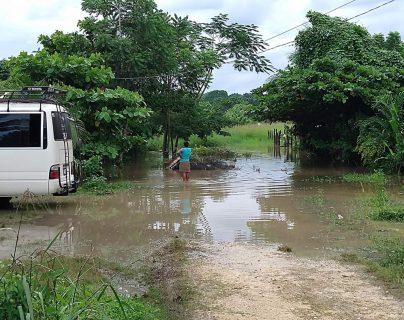 Lluvias de las últimas horas inundaron sectores de Sayaxché, Petén. (Foto Prensa Libre: Dony Stewart)