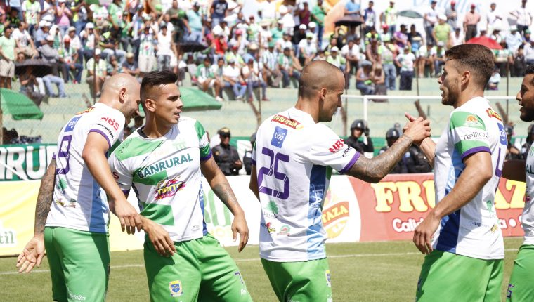 Así festejaron los jugadores de Antigua en el Pensativo. (Foto Prensa Libre: Julio Sicán)