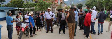 Vecinos de Canillá, Quiché bloquean la entrada del CAP  para evita su traslado al salón municipal, (Foto Prensa Libre: Héctor Cordero)