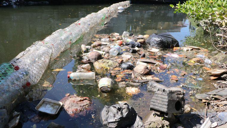 De tres a cuatro metros cúbicos de desechos son recolectados en una de las biobardas colocadas en el canal de Puerto San José. (Foto Prensa Libre: Carlos Paredes)