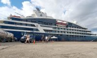 Turistas de paieses europeos llegaron a bordo de Le Champlain, primero de la temporada de cruceros 2019/2020. (Foto Prensa Libre: Dony Stewart)