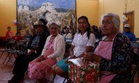 Adultos mayores participan de la celebración organizada en su honor por estudiantes de la Universidad de San Carlos de Guatemala en Huehuetenango. (Foto Prensa Libre: Mike Castillo)