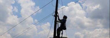 Personal de Energuate conecta energía eléctrica a San Juan Cotzal ,  (Foto Prensa Libre: Héctor Cordero)