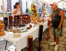 La artesanía de bambú fue una de las más buscadas por los visitantes en la feria de competitividad que se llevó a cabo en el parque central de Retalhuleu (Foto Prensa Libre: Rolando Miranda).