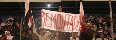 Aficionados de Quiché FC celebran la remontada del marcador ante deportivo Suchitepéquez, (Foto Prensa Libre: Héctor Cordero)