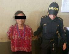 Gloria García Morales, de 37 años, es trasladada al Juzgado de Paz de Colotenango, Huehuetenango. (Foto Prensa Libre: Mike Castillo)